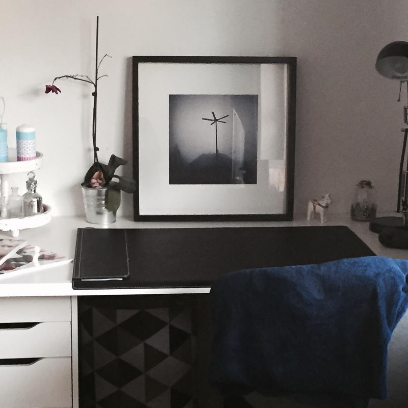 'Lichter aus' (30x30cm) at Maikes desk in Oldenburg.